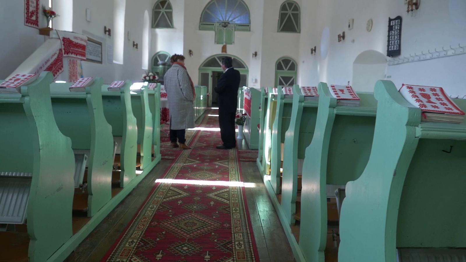 A Bethlen Péter által épített református templom belseje. Zsargó János tiszteletes magyaráz