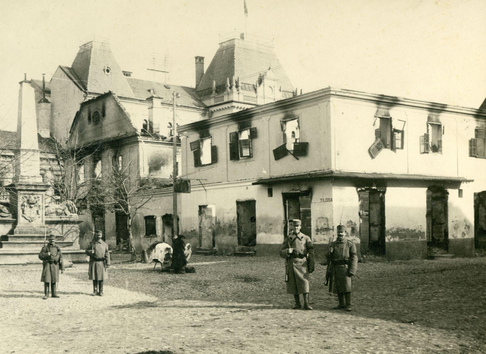 A román betörés után visszafoglalt Székelyudvarhely a leégett főtéri Csizmadiaszínnel 1916-ban   Forrás: Fotótár, Haáz Rezső Múzeum, Székelyudvarhely