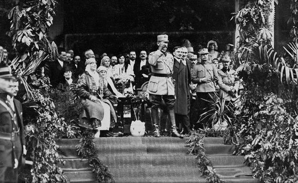 Ferdinánd király és Mária királyné Nagykárolyban 1919 tavaszán   Forrás: ANR