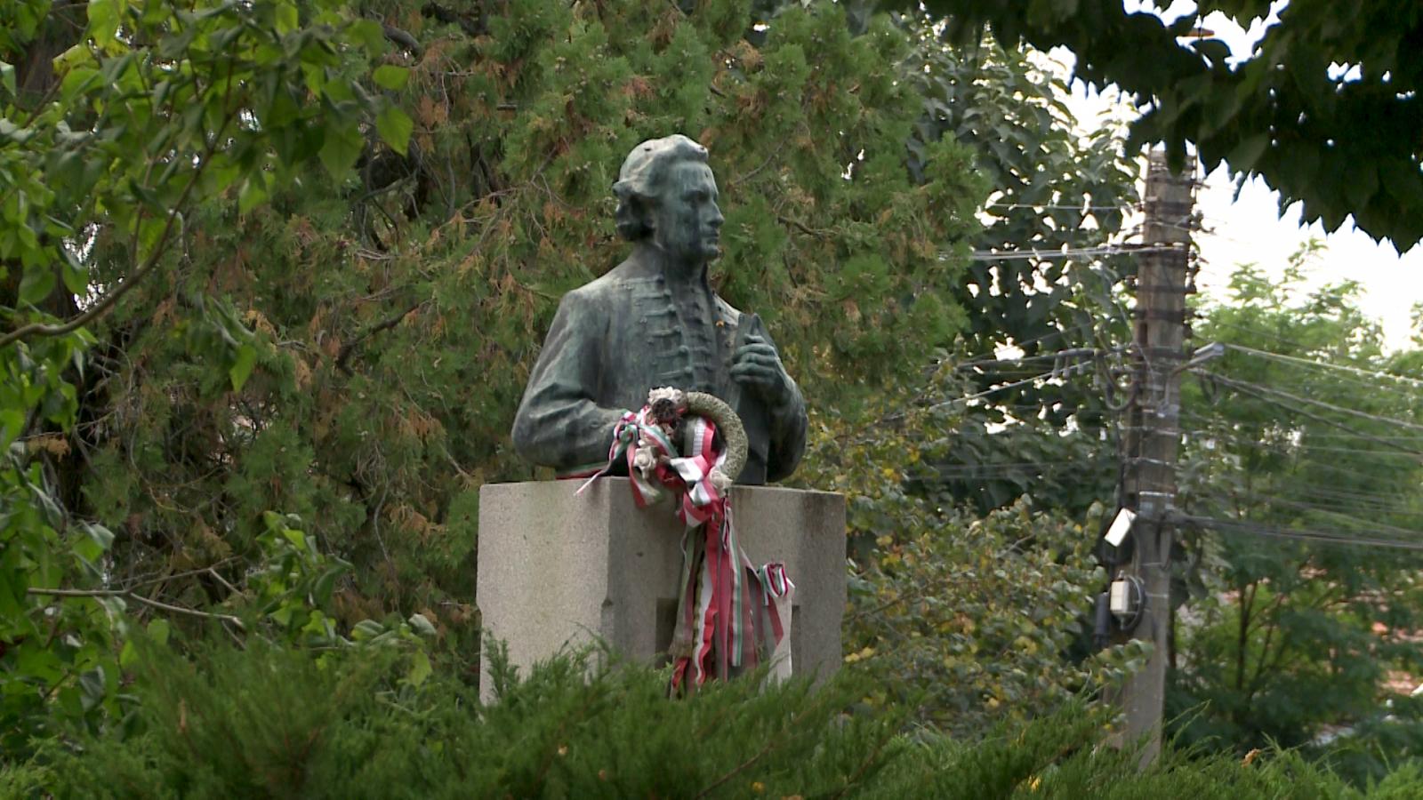 Érsemjén dísze, az 1907-ben felállított Kazinczy-szobor, Horvay János alkotása