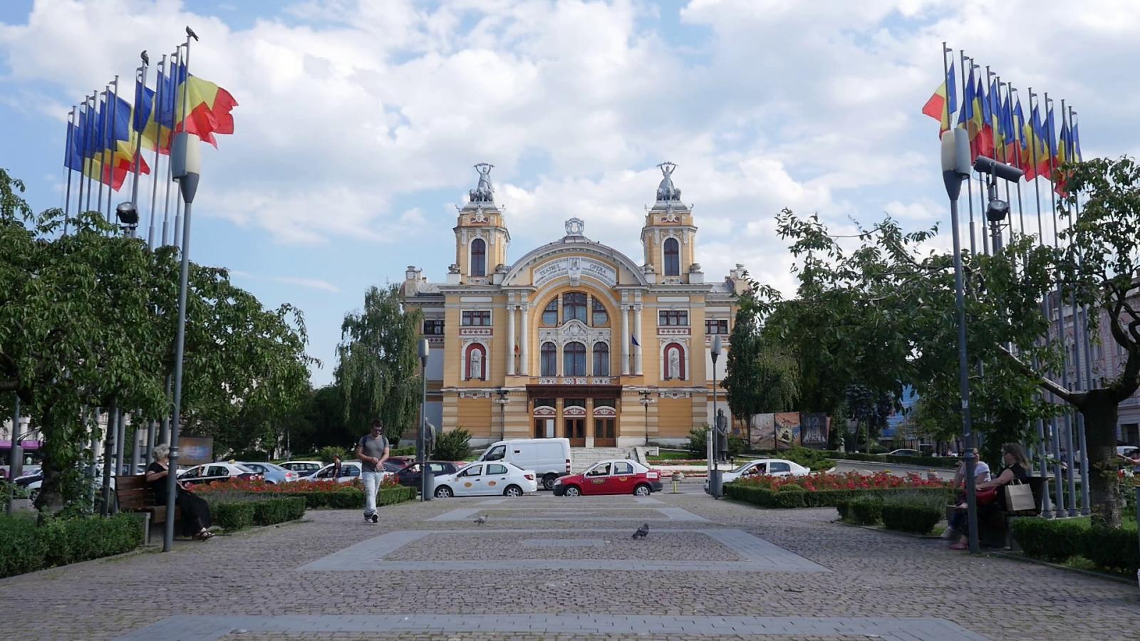 A Hunyadi-téri színház sok trikolórral   Fotók: Varró-Bodoczi Zoltán