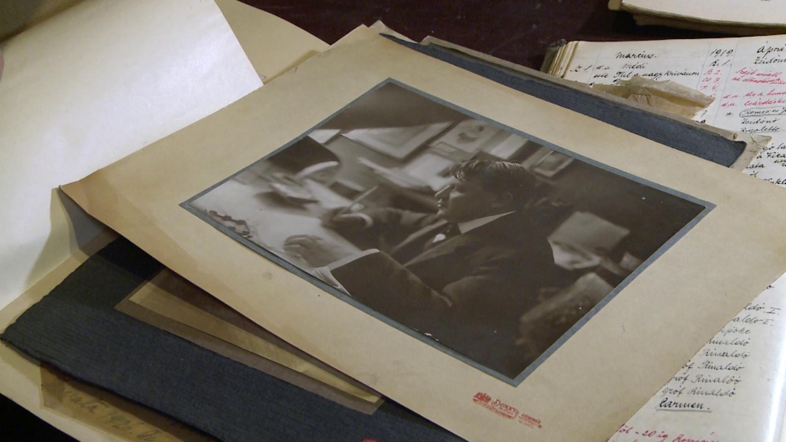 Janovics Jenő az íróasztalánál. A fénykép a dokumentációs tár fotóarchívumában található.
