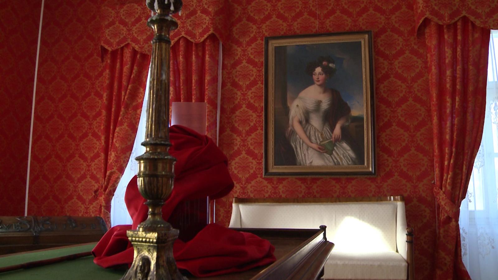 A vörös szoba, Claudia portréjával. A sarokban észrevehető a méretes utazóláda