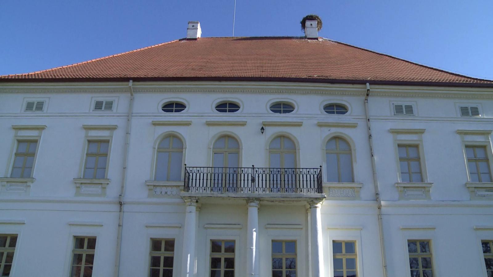 A Rhédey-kastély. Nem lehet eltéveszteni, messziről látszik.    Fotók: Varró-Bodoczi Zoltán
