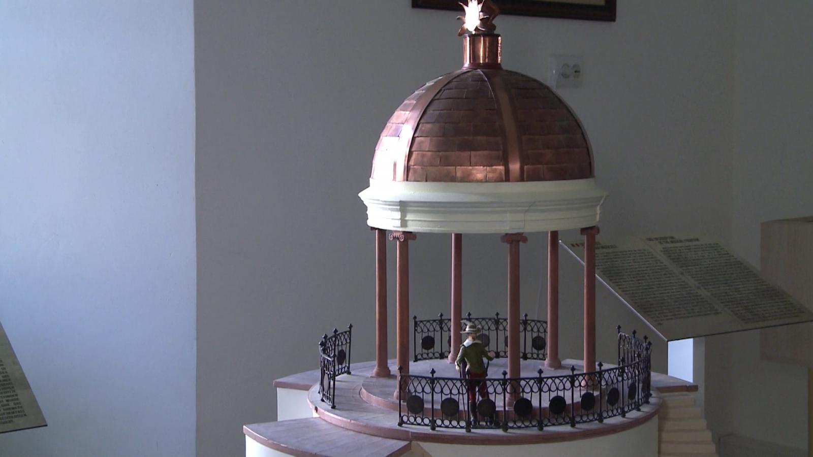 A zenélő kút makettje a Rhédey-kastély Bodor Péter-szobájában