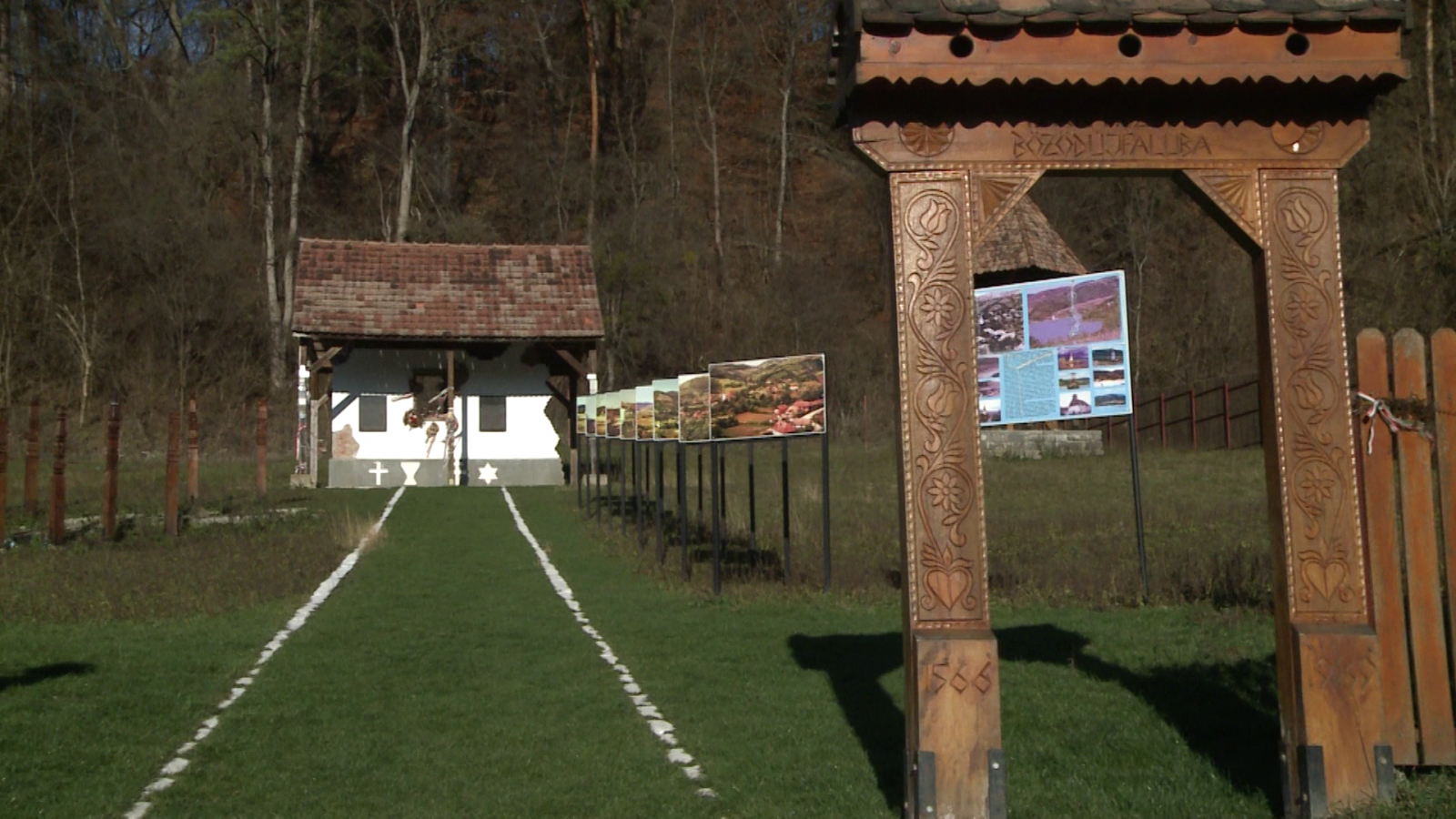 A siratófal, a kopjafák, és az egykori Bözödújfaluról készült, felnagyított, régi fotográfiák