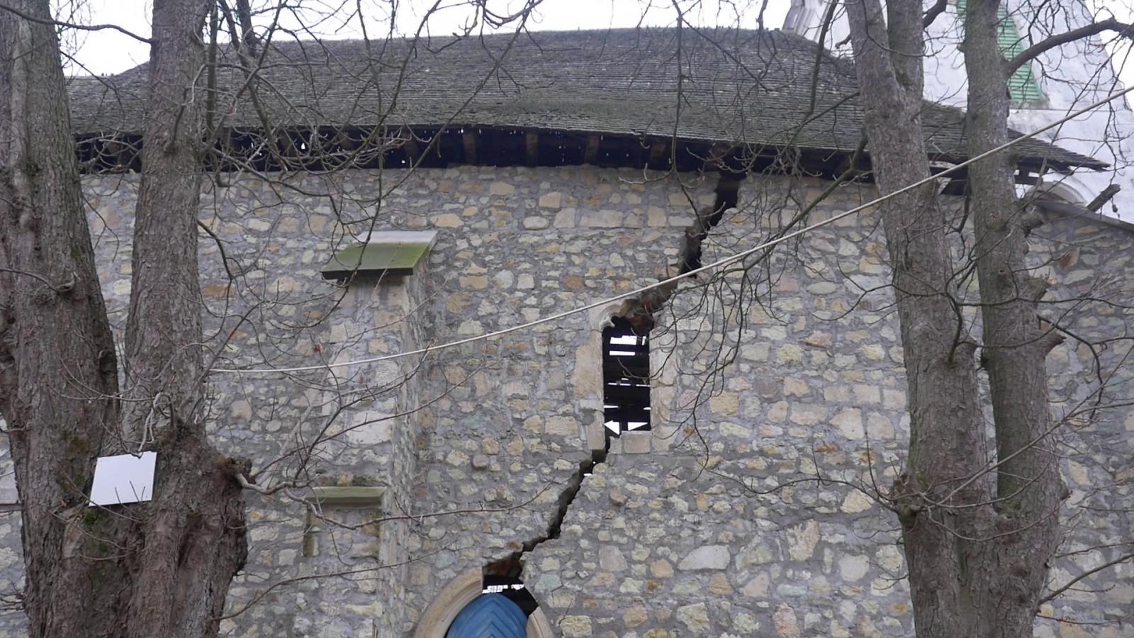 A kettérepedt templomfal
