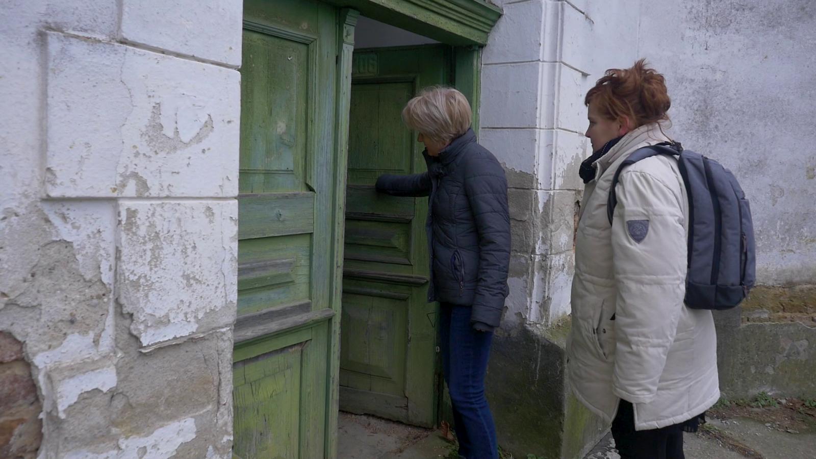Tőtös Beáta tiszteletes asszony kinyitja a templomajtót