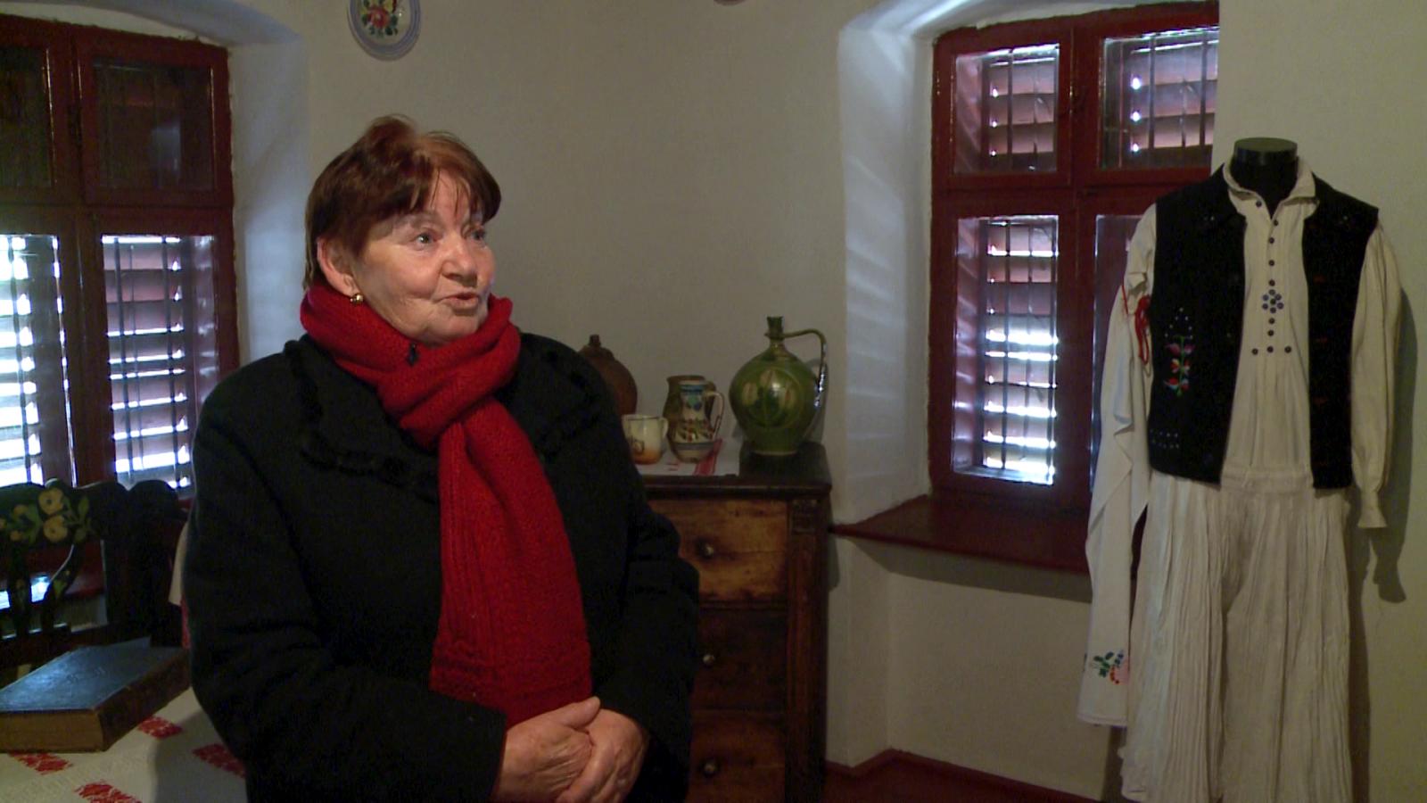Sipos Mária bemutatja a tájház néprajzi gyűjteményét