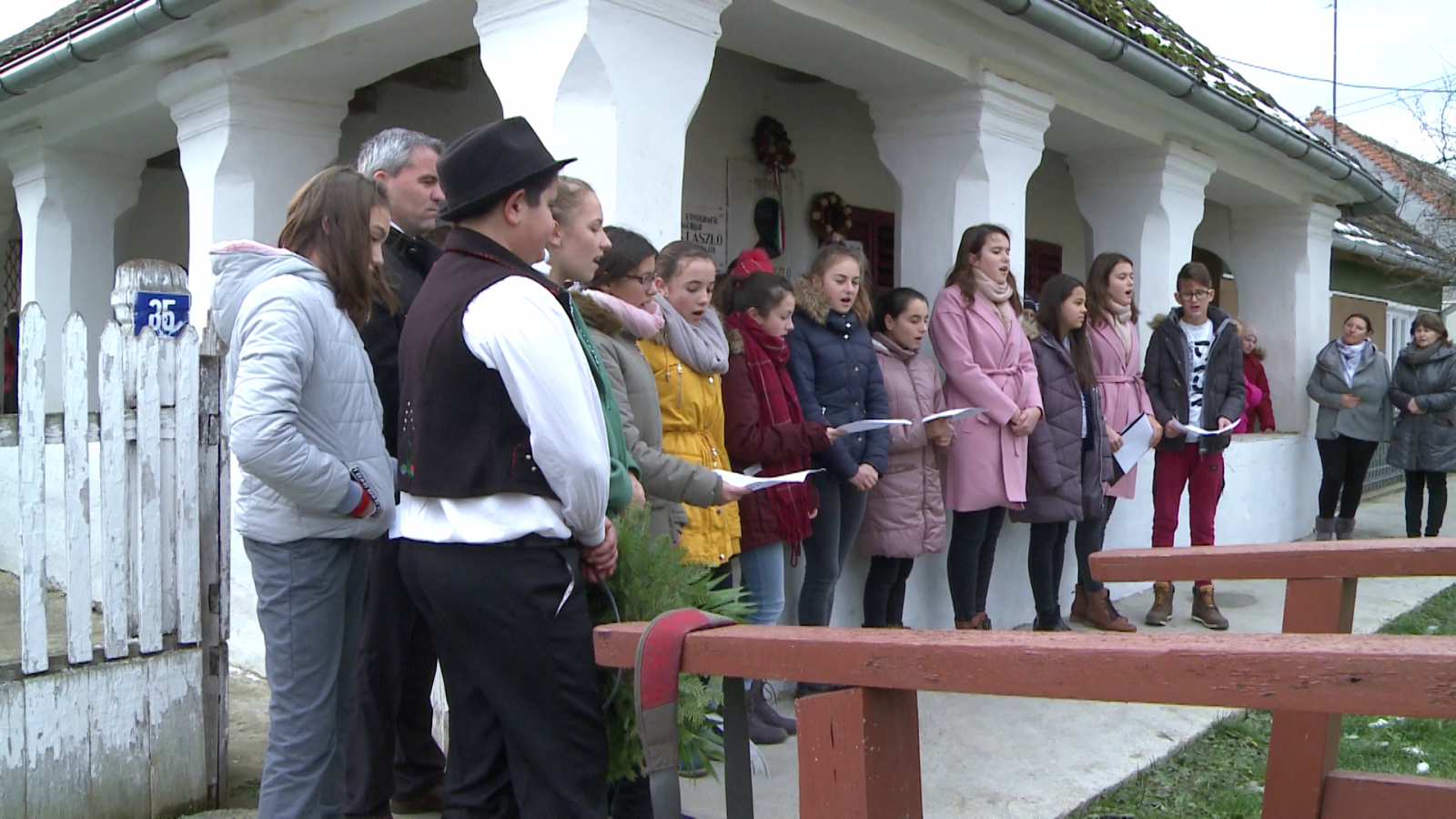 A bogdándi Petri Mór Iskola diákjai a Sipos László Néprajzi Múzeum előtt